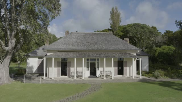 push out shot of the treaty house in the waitangi treaty grounds - baia delle isole nuova zelanda video stock e b–roll