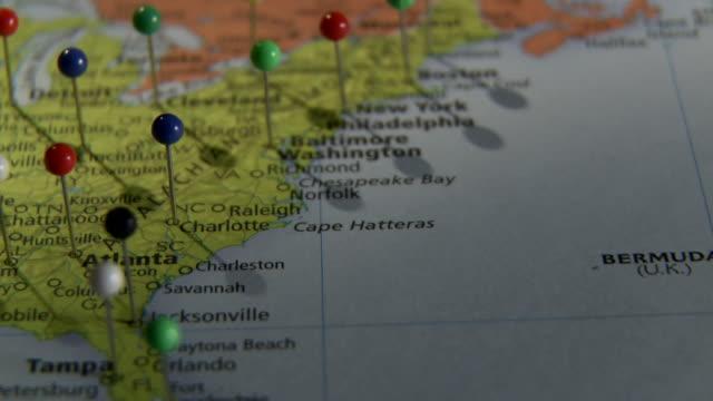 ecu pan push pins on world map / atlanta, georgia, usa - 画鋲点の映像素材/bロール