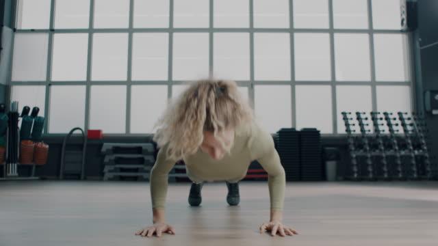 stockvideo's en b-roll-footage met duw rond in een sportschool! - grote borstspier