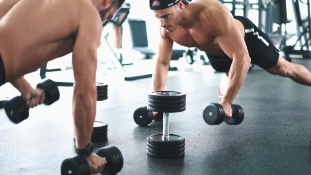 stockvideo's en b-roll-footage met push-up ronde in een sportschool. - grote borstspier
