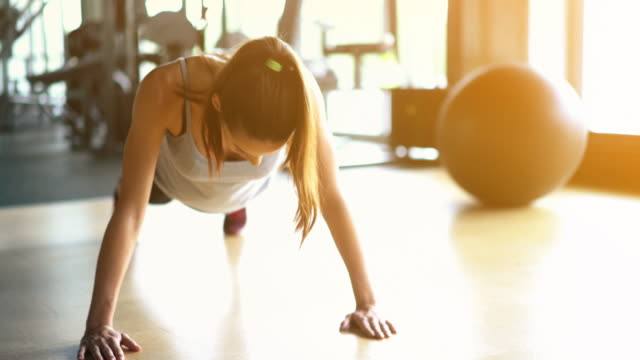push-up runde in einem fitnessstudio. - nur frauen stock-videos und b-roll-filmmaterial