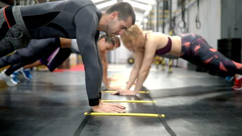 push-up training series - gesunder lebensstil stock-videos und b-roll-filmmaterial