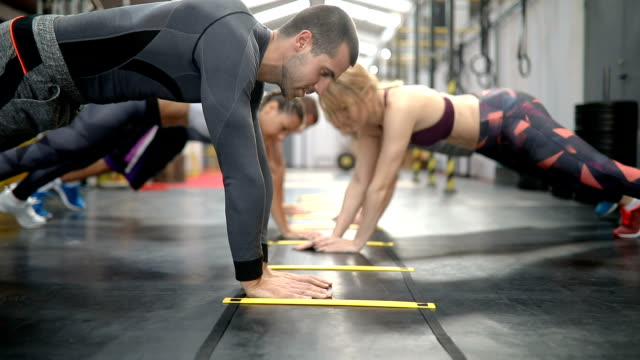 stockvideo's en b-roll-footage met push up training series - krachttraining