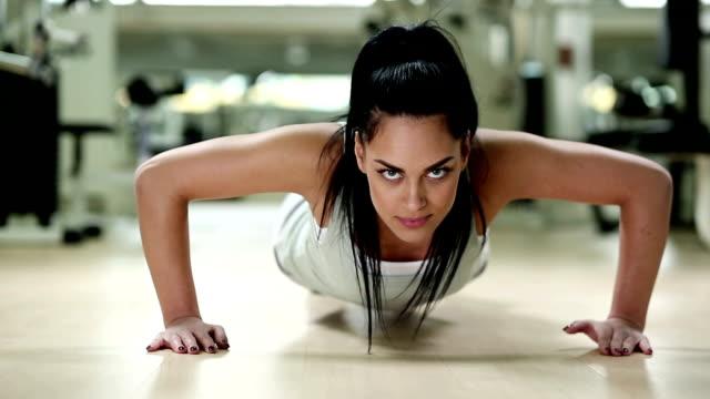stockvideo's en b-roll-footage met push ups - oefeningen met lichaamsgewicht