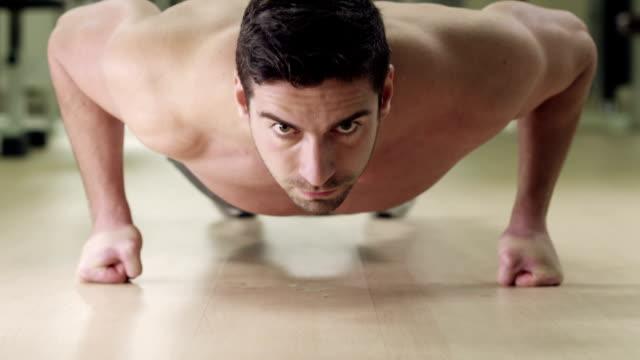 vídeos de stock, filmes e b-roll de push ups - masculinidade