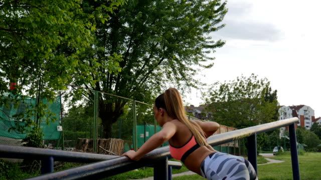 vídeos de stock, filmes e b-roll de push ups - músculo humano