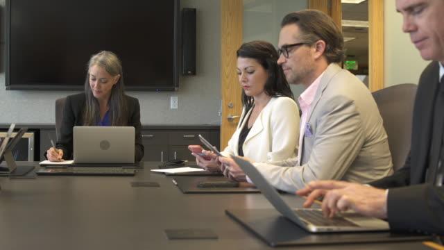 vídeos y material grabado en eventos de stock de push-in shot of a businesswoman sitting on a meeting - vestimenta de negocios formal