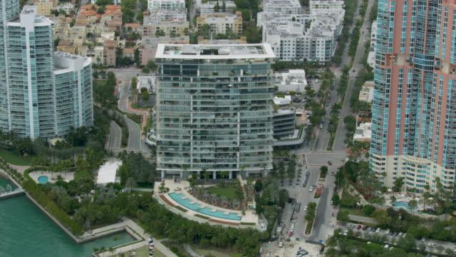 push-in shot of apogee condo building in miami - ペントハウス点の映像素材/bロール