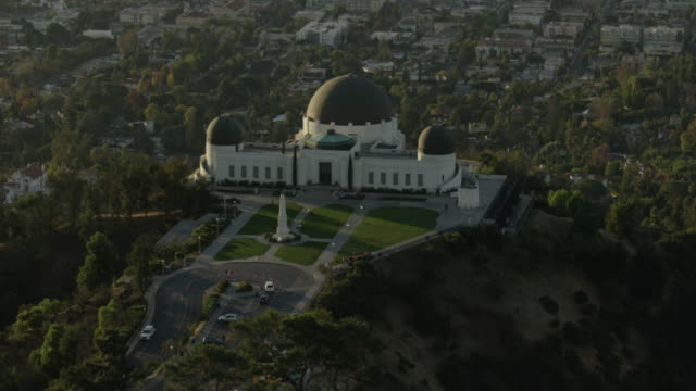 push-in shot of the griffith observatory with los angeles in the background - astrologie stock-videos und b-roll-filmmaterial