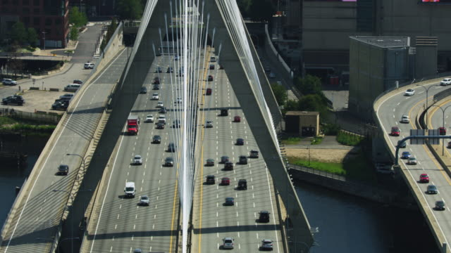 push-in shot of the traffic on the leonard p zakim bunker hill memorial bridge - ザキム・バンカーヒル橋点の映像素材/bロール