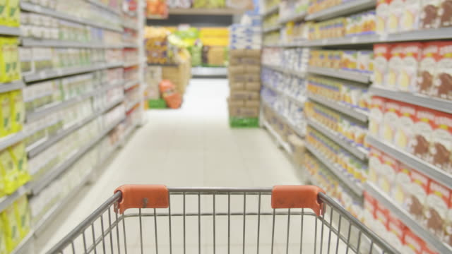 vídeos de stock e filmes b-roll de pushing a shopping cart in supermarket - dolly shot