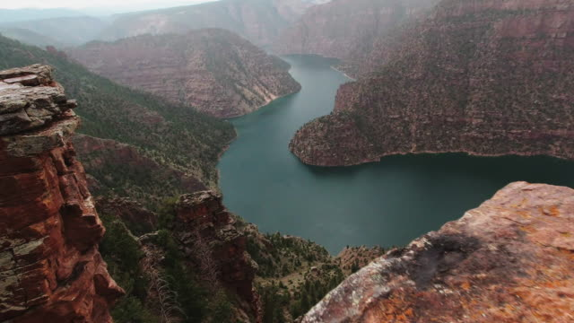 pushing forward shot of the green river in a valley in the utah mountains from the edge of the rim view point - utah stock videos & royalty-free footage