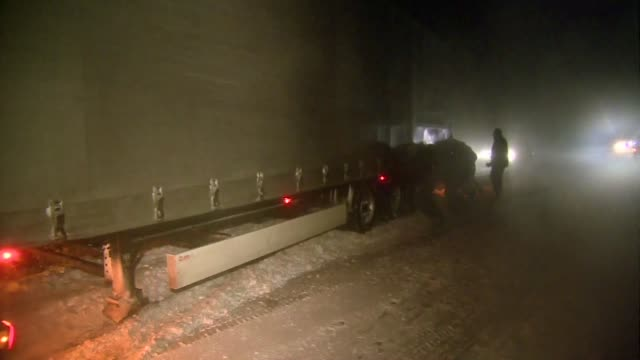vídeos de stock e filmes b-roll de pushing truck out of snow heap - veículo terrestre comercial