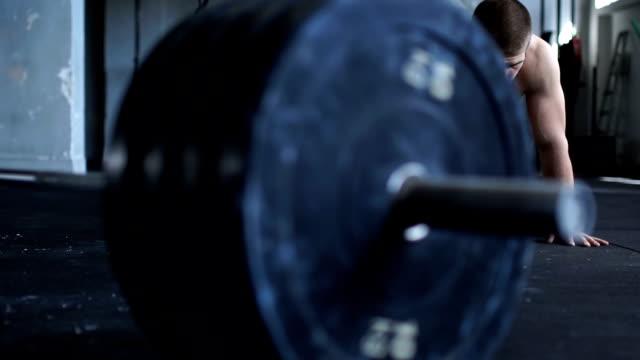 stockvideo's en b-roll-footage met push-ups in sportschool - oefeningen met lichaamsgewicht