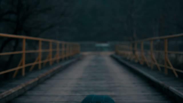 vídeos de stock e filmes b-roll de push-ups on the bridge - flexão de braço
