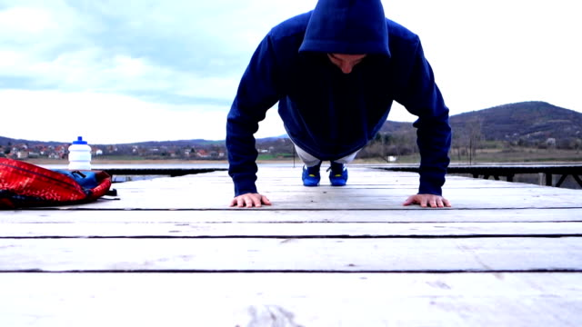 vídeos y material grabado en eventos de stock de flexiones al aire libre - entrenamiento sin material