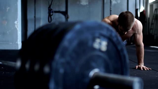 stockvideo's en b-roll-footage met training binnenshuis push-ups - oefeningen met lichaamsgewicht