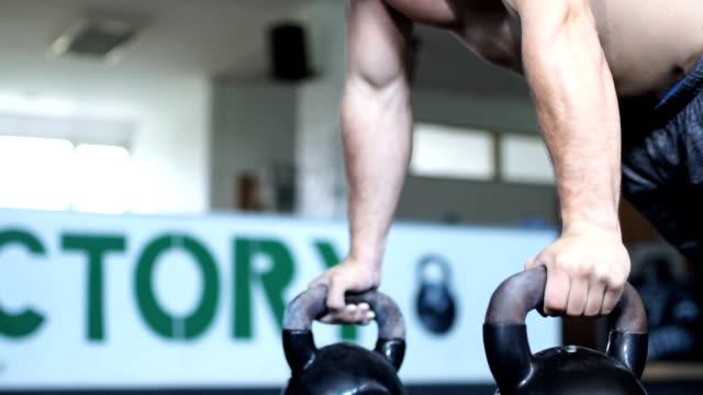 stockvideo's en b-roll-footage met push-ups op kettlebell training - oefeningen met lichaamsgewicht