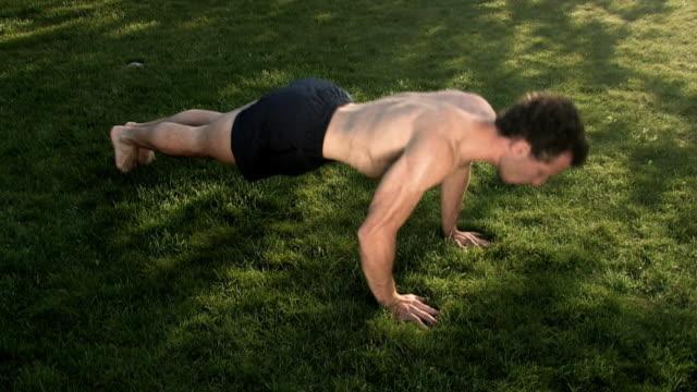 stockvideo's en b-roll-footage met pushups - oefeningen met lichaamsgewicht