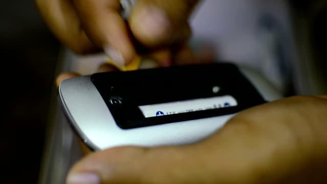 vídeos y material grabado en eventos de stock de colocar baterías ratón de ordenador. - signo de más