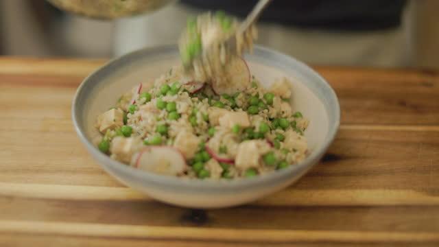玄米豆腐のエンドウサラダをボウルに入れる - 玄米点の映像素材/bロール