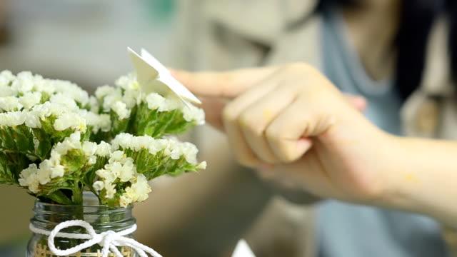 Schmetterlings-Form auf weiß haben kleine Blumen