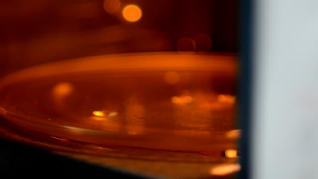 プット冷凍食品の電子レンジ - 電子レンジ点の映像素材/bロール