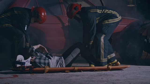 ゆっくり彼女を下に置いて、彼女の背中を見てください。 - 救助隊点の映像素材/bロール