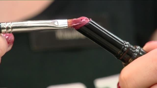vídeos de stock, filmes e b-roll de put lipstick on brush - pincel