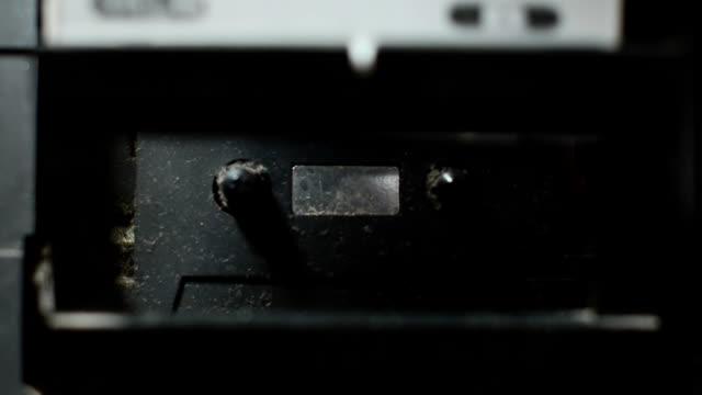 プット古いカセットのテープレコーダー低い ligt - 携帯オーディオプレーヤー点の映像素材/bロール