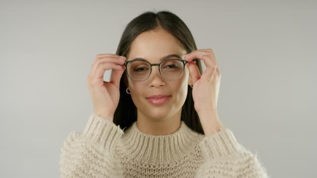 vídeos y material grabado en eventos de stock de ponte las gafas y mira lo hermosa que es la vida - gafas