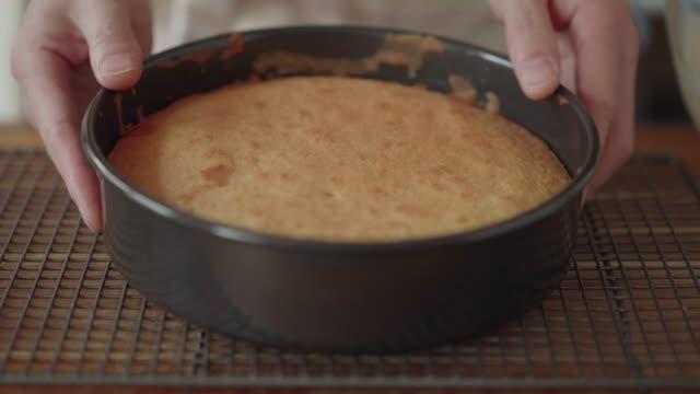 冷却のためにラックにスポンジケーキを置く - スポンジ点の映像素材/bロール