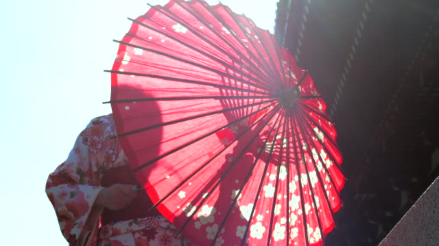 vidéos et rushes de mettez vers le haut parapluie, femme japonaise - vêtement traditionnel