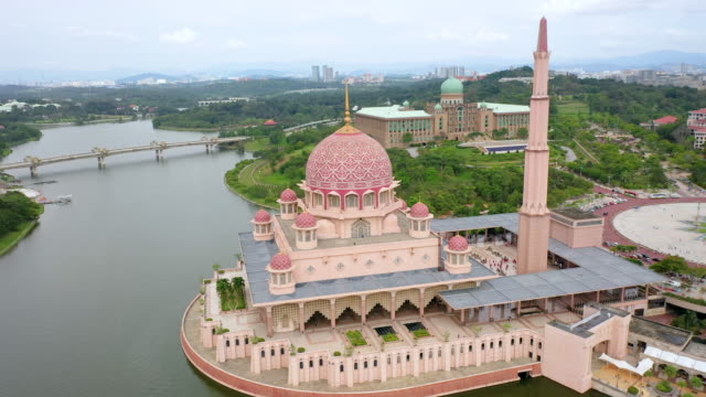 putra mosque with garden landscape design and putrajaya lake, putrajaya. the most famous tourist attraction in kuala lumpur city, malaysia - putrajaya stock videos & royalty-free footage
