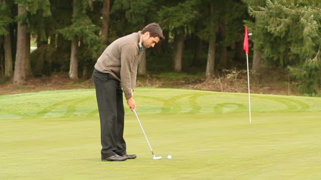 vídeos y material grabado en eventos de stock de a putt goes nowhere close - bandera de golf