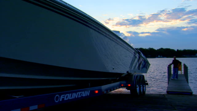 putting a boat in the water - rückwärts fahren stock-videos und b-roll-filmmaterial