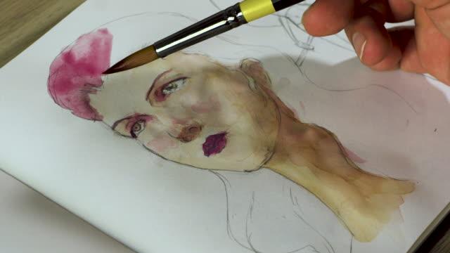 vídeos de stock, filmes e b-roll de putting a pink color on painting's hair - rosa cor