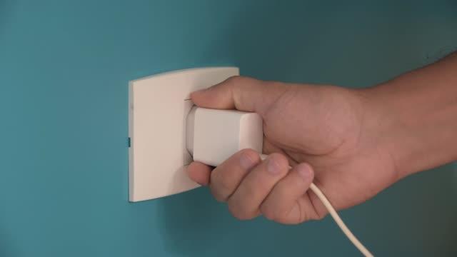 vídeos de stock, filmes e b-roll de colocando celular para carregar - eletricidade