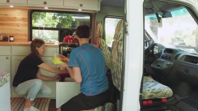 einlagerung von gerichten in der van - wohngebäude innenansicht stock-videos und b-roll-filmmaterial