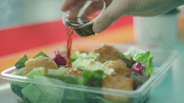 vídeos de stock, filmes e b-roll de putting dressing on cajun chicken salad / south korea - contéiner de plástico