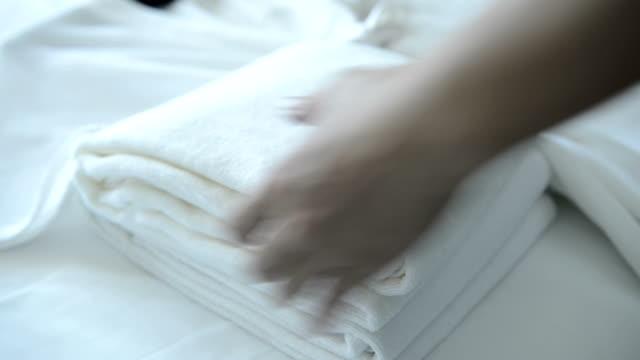 Putting frisches Handtuch auf Bett