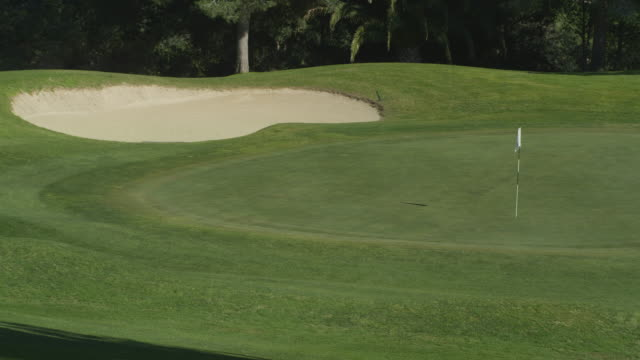 vídeos y material grabado en eventos de stock de ha ls pan putting green and bunker, red r3d 4k - bandera de golf