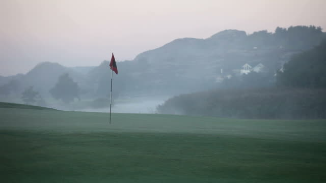 putting green in fog - golfplatz green stock-videos und b-roll-filmmaterial