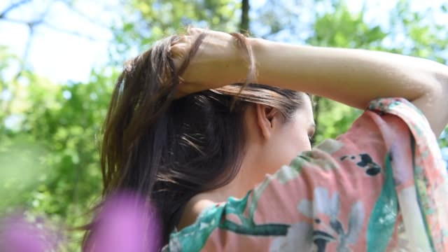 putting hair up in a ponytail - pferdeschwanz stock-videos und b-roll-filmmaterial