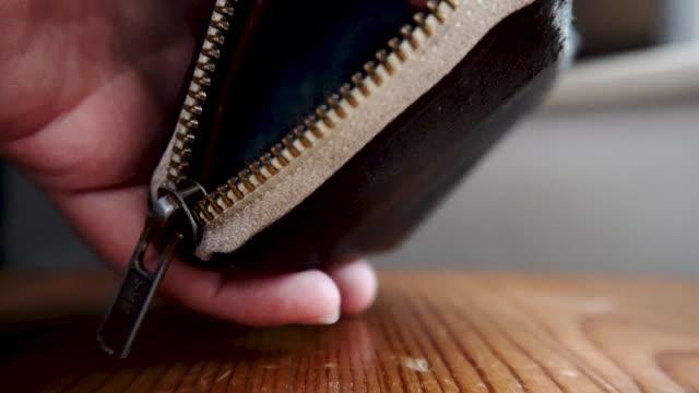 vídeos de stock, filmes e b-roll de colocando moedas de dólar de hong kong em uma carteira fechar close-up - conta artigo de armarinho