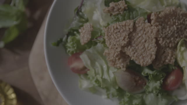 vidéos et rushes de putting nurungji (scorched rice) into salad - assiette