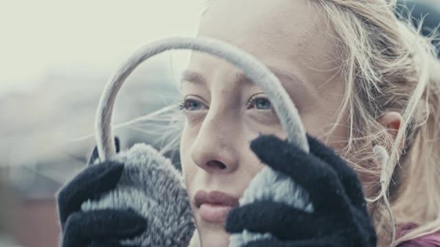 stockvideo's en b-roll-footage met oorwarmers zetten - in ear koptelefoon