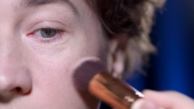 vídeos de stock, filmes e b-roll de colocando em make-up - blush
