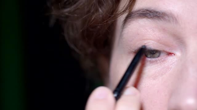 vidéos et rushes de mise en maquillage - rouge à lèvres rouge