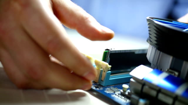 vídeos de stock, filmes e b-roll de colocando memória ram chip para laptop. - loja de produtos eletrônicos